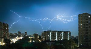 Gegen Blitzeinschläge und Überspannungen erfordern unterschiedliche Bauten auch unterschiedliche Schutzkonzepte (Bild: Phoenix Contact Deutschland GmbH)