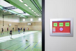 Einfachere Wartung und Programmierung dank Touchpanels wie hier in der Turnhalle (Bild: Schneider Electric GmbH)