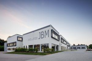 Freundlich und modern - das neue Gebäude der Johann-Brunner-Mittelschule in Cham (Bild: Schneider Electric GmbH)