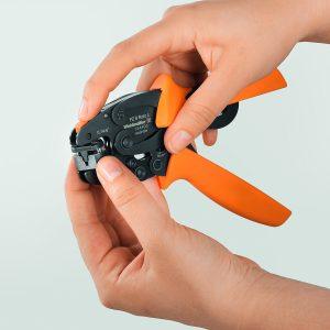 Weidmüller Crimpwerkzeug 'PZ6 Roto L': 'PZ 6 Roto L' kombiniert erstmals einen verstellbaren Crimpeinsatz mit einer festen Arretierung. Zum Drehen des Crimpeinsatzes betätigt der Anwender die orange Taste. (Bild: Weidmüller)