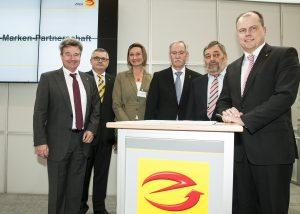 Andreas Müller (Geschäftsführer Doepke, r.) freut sich mit Ingolf Jakobi, Rolf Meurer, Gabi Schermuly-Wunderlich, Lothar Hellmann und Klaus-Dieter Pick (v.l.) über die neue Partnerschaft. (Bild: ZVEH/Schildheuer)