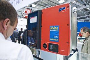 Kernkomponente des SMA Integrated Storage System und ausgezeichnet mit dem Intersolar Award 2013: der Sunny Boy Smart Energy (Bild: SMA Solar Technology AG)
