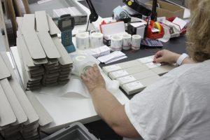 Nach einer abschließenden Reinigung oder möglichen Nachpolitur der Steckeroberfläche ist das Patch- oder Aufteilerkabel fertig und wird - mit samt dem individuellen Messprotokoll - zum Versand verpackt. (Bild: TKM GmbH)