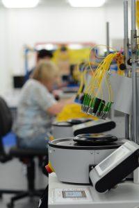 Der streng überwachte Polierprozess sorgt für optimale Einfüge- und Rückflussdämpfung. (Bild: TKM GmbH)