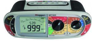 Mit nur zwei robusten Drehschaltern lässt sich bei dem Installationstester MFT1835 von Megger blitzschnell alles einstellen: Die verschiedenen Farben sind sofort erkennbar und zeigen übersichtlich an, welche Einstellungen zu welcher Funktion gehören. Irrtümer sind hier so gut wie ausgeschlossen. Die Mess-Ergebnisse können einfach und sicher vom großen, beleuchteten LC-Display abgelesen werden. (Bild: Megger GmbH)