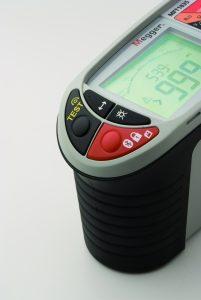 Bei der Isolationsprüfung nach DIN VDE 0100 kann der Prüftechniker den Isolationswiderstand mehrerer Stromkreise ohne absetzen 'in einem Rutsch' durchprüfen. Diese wertvolle Funktion wird aktiviert, indem nacheinander die schwarze Taste 'Test' und die rote Tasten 'Sperren' gedrückt werden. (Bilder: Megger GmbH)