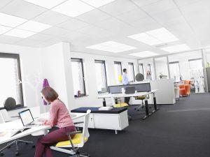 Auch mit dem vernetzten Bürobeleuchtungssystem SoundLight Comfort Tuneable White von Philips können Mitarbeiter über eine App auf ihrem Smartphone das Lichtniveau und die Lichtfarbe an ihrem Schreibtisch individuell an bestimmte Aufgaben anpassen. (Bild: Philips Deutschland GmbH)