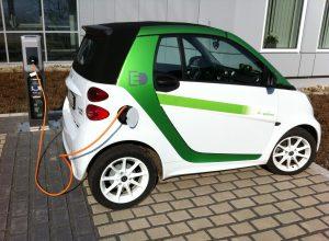 Ladestationen für Elektrofahrzeuge: Elektrofahrzeuge vom Bike bis zum Automobil erfreuen sich immer größerer Beliebtheit. Um das anspruchsvolle Innere der Ladestationen vor Witterungseinflüssen zu schützen, eignet sich das Zvi-Kompaktgehäuse. Die Zählerverteilung mit dem VDE-geprüften Netzanschlussgehäuse, einem Wechselstromzählerplatz und einem Automatenkasten bietet sich für Ladestationen mit kleinem Leistungsbedarf an. Darüber hinaus kann die Verteilung mit Leergehäusen und Automatenkästen der SVi-Serie individuell erweitert werden - etwa, um die Daten später einmal aus der Ferne auslesen zu können. (Bild: Günther Spelsberg GmbH & Co. KG)