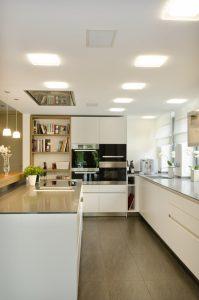 Vollkommen unauffällig sind die Revox-Deckenlautsprecher der SoundISerie in der Küche. (Bild: Revox GmbH)