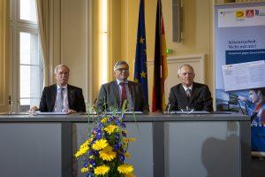 Unterzeichneten die Bündniserklärung gegen Schwarzarbeit (v.l.n.r.): Lothar Hellmann (ZVEH), Jörg Hofmann (IG Metall) und Dr. Wolfgang Schäuble (BMF). (Bild: Jörg Rüger / BMF)