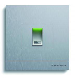Beim Zutrittskontrollmodul 'Fingerprint' kann der Nutzer mit seinem hinterlegten Fingerabdruck die Tür öffnen. Das Zutrittsmodul 'Transponder' ermöglicht das berührungslose Lesen einer Busch-Jaeger-Schlüsselkarte. Praktische Alternative: Statt Schlüsselkarte kann auch ein Smartphone mit NFC-Funktion genutzt werden. (Bild: Busch-Jaeger Elektro GmbHBild: Busch-Jaeger Elektro GmbH)