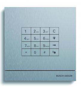 Die klassische Eingabe eines PIN-Codes zur Öffnung der Haus- oder Wohnungstür ermöglicht das Modul 'Tastatur' (rechts). Links die Kombination mit einer Busch-Welcome-Video-Außenstation. (Bilder: Busch-Jaeger Elektro GmbH)