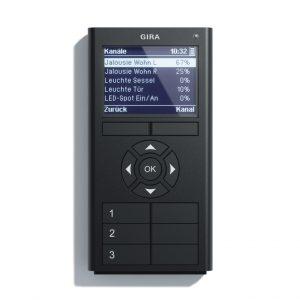 Die Gira eNet-Funk-Handsender ermöglichen eine mobile Bedienung der Haustechnik innerhalb der eigenen vier Wände. Der Gira-eNet-Funk-Handsender Multi besitzt ein Display, das alle Funktionen übersichtlich darstellt. (Bild: Gira Giersiepen GmbH & Co. KG)