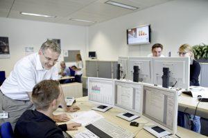 Als Ergänzung zum Advantage EMC bietet Siemens Unterstützung durch die Energieexperten des Advantage Operations Centers. Qualifizierte Ingenieure und Techniker können per Remote auf das Gebäudesystem der Kunden zugreifen, Analysen ausführen und Prozesse optimieren. (Bild: Siemens AG)