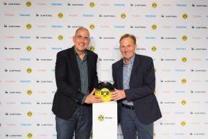 Ulrich  Schumacher (links),  CEO  der Zumtobel  Group,  und  Hans-Joachim  Watzke,  Vorsitzender  der  Geschäftsführung  der  Borussia Dortmund  Geschäftsführungs-GmbH, bei der Bekanntgabe der Kooperation  im  Rahmen  des  Supercup  2014 im Dortmunder Signal Iduna Park. (Bild: Zumtobel Lighting GmbH)