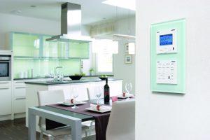 Mit der Gira-Kontrolleinheit M217/ M218 lässt sich über einen einzigen Tastendruck das Revox-Multiroom-System aktivieren. (Bild: Gira Giersiepen GmbH & Co. KG)