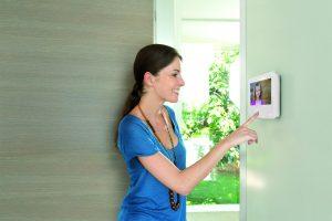 Auch in Zeiten der Abwesenheit dokumentiert die leistungsfähige Kamera, was an der Haustür oder am Einfahrtstor vor sich geht. (Bild: Somfy GmbH)