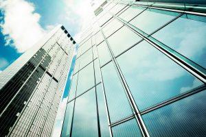 Durchsichtiges Kraftwerk: Transparente Solarfolien können zwischen Fensterscheiben laminiert werden. So entstehen getönte Gläser, die gleichzeitig Schatten spenden und Ökostrom erzeugen. (Bild: Heliatek / Smack Communications, Berlin)