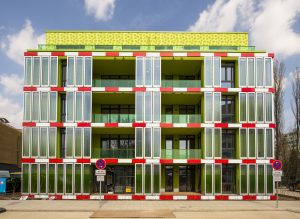 Algenhaus: In der Fassade des 'Hauses mit Biointelligenzquotient' in Hamburg erzeugen Algen per Photosynthese Wärme für die Wohnungen. (Bild: IBA Hamburg GmbH / Johannes Arlt)
