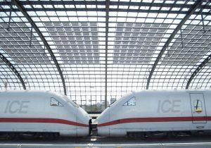 Praxiserprobtes Vorzeigeprojekt: Das Dach des Berliner Hauptbahnhofs verdeutlicht die Vorzüge der BIPV: Die Module erzeugen Strom und lassen zugleich Licht passieren. (Bild: BSW-Solar / Paul Langrock)