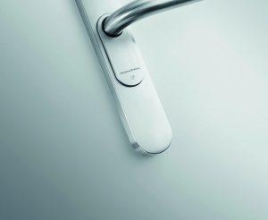 Der elektronische Türbeschlag SmartHandle gehört neben dem elektronischen Schließzylinder zu den kabelfrei montierbaren SmartIntego-Komponenten. (Bild: SimonsVoss Technologies GmbH)