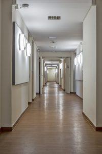 Auch die Beleuchtung in den Fluren ist gekoppelt an den tatsächlichen Tageslichteinfall und die Jahreszeit. (Bild: Trilux GmbH & Co. KG)