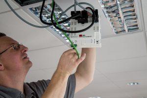 Die einzelnen im Raum genutzten KNX-Komponenten werden über Steckanschlüsse angeschlossen. (Bild: B.E.G. Brück Electronic GmbH)