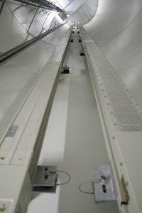 In Hochhäusern müssen Versorgungssysteme und Steigschächte in der Regel auf engstem Raum installiert werden. Dort bieten Schienenverteilersysteme große Vorzüge. (Bild: Siemens AG)