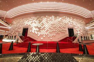 In der Theaterlobby wurde eine komplette Wand durch den holländischen Künstler Hugo Timmermans mit organischen Leuchtdioden (OLEDs) ausgestattet. (Bild: Stage Entertaiment)