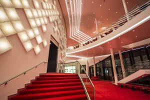 Schon bevor die Musicalbesucher den Zuschauerraum betreten, werden sie im Theater an der Elbe mit innovativer Beleuchtung begrüßt. (Bild: Stage Entertaiment)