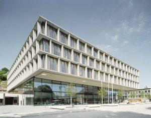 Passt zu Stuttgart: Die Fassade des IHK-Neubaus besteht aus Muschelkalk, einem regionalen Baustein. (Bild: Brigida González)