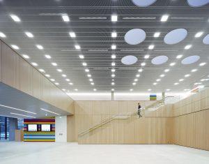 In den öffentlichen Bereichen erhellen neben den runden Lichtkuppeln quadratische Modul Q-Leuchten von Nimbus den IHK-Neubau. (Bild: Brigida González)