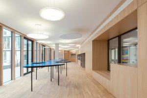 In der Cafeteria 'Wolke Blau' prägen unterschiedlich große Modul R-Leuchten von Nimbus das . (Bild: Brigida González)