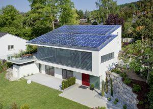 Eine große Photovoltaik-Anlage, eine luft- und wärmedicht, gestaltete Gebäudehülle, effiziente Haustechnik und intelligente Gebäudeleittechnik prägen die Wohngebäude des 21. Jahrhunderts, wie das Beispiel in Leonberg zeigt. (Bild: STIEBEL ELTRON GmbH & Co. KG)