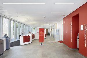 ((Die Zumtobel-Leuchte Slotlight ist eine Lichtlinie ohne Leuchtenkorpus, die die Innenarchitektur des Gebäudes optisch unterstreicht.)) (Bild: Zumtobel Lighting GmbH)