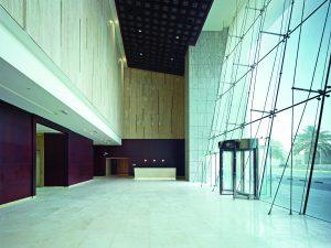 ((Bedarfsgerechte Beleuchtung in den großzügigen Lobby-Bereichen des '23 Marina' sorgt für optimale Energieeffizienz.)) (Bild: STEINEL Vertrieb GmbH)