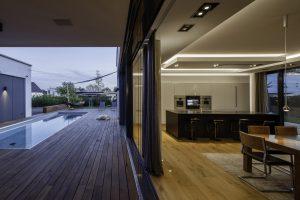 Die raumhohen Verglasungen sind als Schiebetüren ausgeführt, so dass sich der Wohnbereich komplett Richtung Terrasse öffnen lässt. (Bild: Gira Giersiepen GmbH & Co. KG)