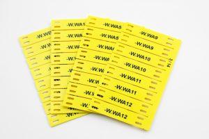 Die Kabelmarkierungen bestehen aus halogenfreiem Kunststoff und sind aus ABS im Checkkartenformat erhältich. (Bild: SchildDirect GmbH)