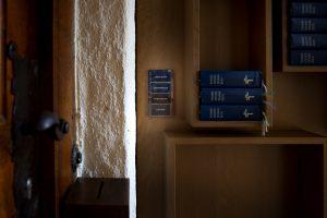 Am Eingang 'Brautt?rl' ist das Gira Fl?chenschalterprogramm in der Sonderfarbe Messing installiert. Auch hier sind Lichtszenen hinterlegt, etwa für die Probe in der Kantorei oder die offene Kirche. (Bilder: ?Ulrich Beuttenm?ller / Gira Giersiepen GmbH & Co. KG)