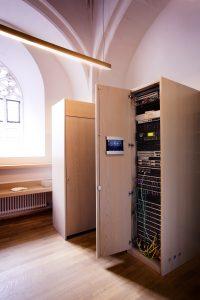 Die Steuerzentrale hinter der intelligenten Geb?udesystemtechnik ist ein leistungsstarker FacilityServer, bei dem alle Informationen des KNX Systems zusammenlaufen. (Bild: ?Ulrich Beuttenm?ller / Gira Giersiepen GmbH & Co. KG)