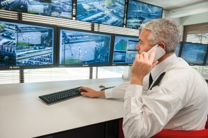 Anhand hinterlegter Alarmregeln kann automatisch ein Alarm generiert und an das Sicherheitspersonal  geschickt werden, etwa in einen Kontrollraum. (Bild: Bosch Sicherheitssysteme GmbH)