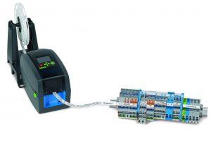 Der Thermotransferdrucker Smartprinter ist handlich und robust und verarbeitet eine Vielzahl unterschiedlicher Druckmaterialien - zum Beispiel die durchgängigen Beschriftungsstreifen für Topjob-S-Reihenklemmen. (Bild: Wago Kontakttechnik GmbH & Co. KG)