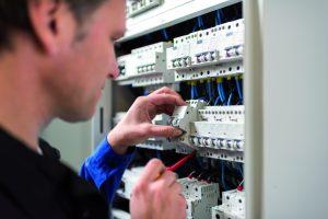 Der Brandschutzschalter lässt sich einfach im Verteiler installieren und ergänzt perfekt die bestehenden Schutzschaltgeräte. (aBild: Siemens AG)