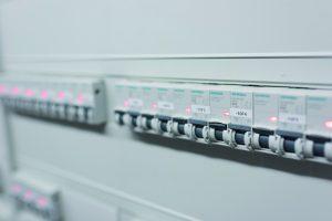 Der Brandschutzschalter erkennt unerwünschte Fehlerlichtbögen und schaltet in Kombination mit Leitungsschutzschaltern oder Fehlerstrom-/Leitungsschutzschaltern den Stromkreis sicher ab. (Bild: Siemens AG)