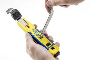 Das Baukastenprinzip des Abisolierwerkzeugs ermöglicht einen einfachen Bügelwechsel. Standardm??ig wird das Grundmodell mit einem Bügel (8-28mm ?) geliefert, weitere Ma?e sind im Fachhandel erh?ltlich. (Bild: Jokari-Krampe GmbH)