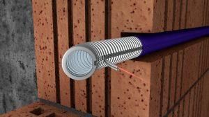 Hinter der Wand verborgen installiert der Elektriker das Kombinationsrohr FFKuS Datalight von Fränkische, das neben der Energieversorgung auch die Datenübertragung übernimmt. (Bild: Fränkische Rohrwerke Gebr. Kirchner GmbH & Co. KG)