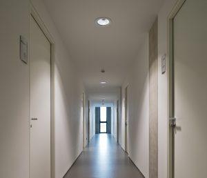 Im gesamten Neubau sind LED-Leuchten und Lichtmanagementsysteme installiert, um bedarfsgerechtes und funktionales Licht zu generieren. (Bild: ?Frank Freihofer/Regiolux GmbH)