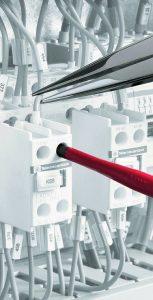 Mit der Wiha slimTechnology ist das Erreichen tiefliegender Befestigungselemente kein Problem mehr. Bis zu 33% schmalere, vollisolierte Klingen erleichtern den Profialltag. (Bild: Wiha Werkzeuge GmbH)