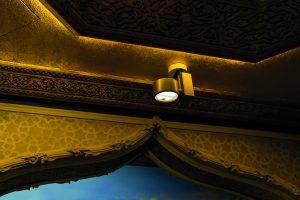 Die Strahler sind so platziert, dass der Kunde selbst vor der Warenauslage im Schatten steht, während der präzise ovale Lichtkegel allein auf die Gewürzschüttungen fällt. (Bilder: Erco GmbH, Dirk Vogel)