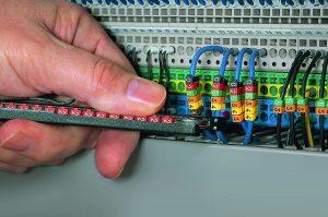 Leitungen mit unterschiedlichen Durchmessern lassen sich dank der WIC-Markierer flexibel und dauerhaft kennzeichnen. (Bild: HellermannTyton GmbH)